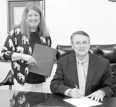 Jane Longshore with the Warrior Rivers DAR, is pictured with probate judge Chris Green as he signs the Constitution Week resolution for Blount County.